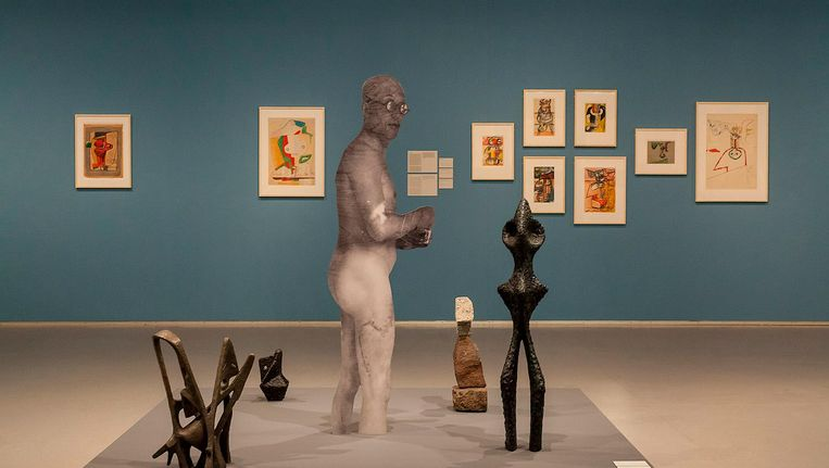 Werk van Jakob Kolding in het Cobra Museum. Een naakte Le Corbusier is omgeven door werk van voornamelijk vrouwelijke kunstenaars Beeld Peter Tijhuis