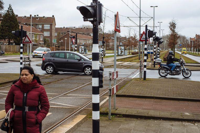 Het kruispunt van de Burgemeester Röellstraat en de Burgemeester van Leeuwenlaan. Beeld Marc Driessen