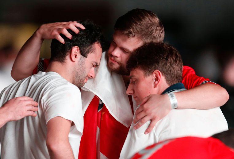 Engelse voetbalfans vinden troost bij elkaar. Beeld Reuters