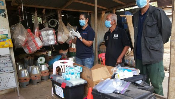 Gezondheidswerkers maken zich klaar voor het afnemen van hiv-testen van de bewoners in Roka.