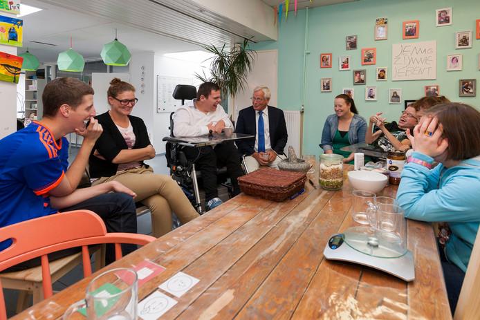 Oud-burgemeester Giel Janssen op bezoek in 2012 bij Stichting De Oude Apotheek.