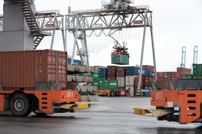 Vrachtcontainers op de terminal van de ECT. Adam M. werd er slapend aangetroffen.