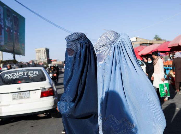 Des femmes afghanes marchent dans une rue de Kaboul, en Afghanistan, le 16 septembre 2021.