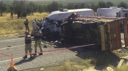 Zeker acht doden bij botsing tussen truck vol seizoensarbeiders en bestelwagen in Turkije