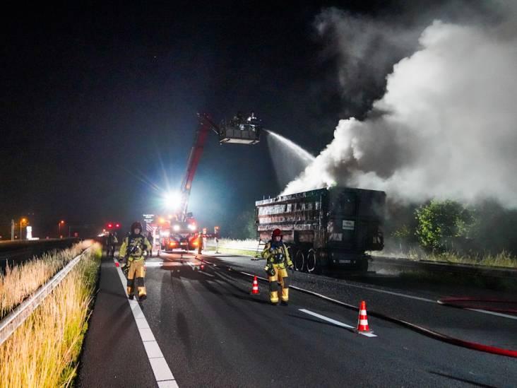 Vrachtwagen met schroot vat vlam op snelweg bij Geldrop