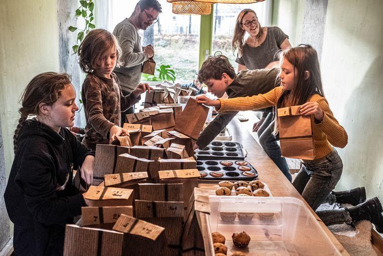 Het inpakken van de muffins in het Kleiklooster. Beeld Joris Van Gennip
