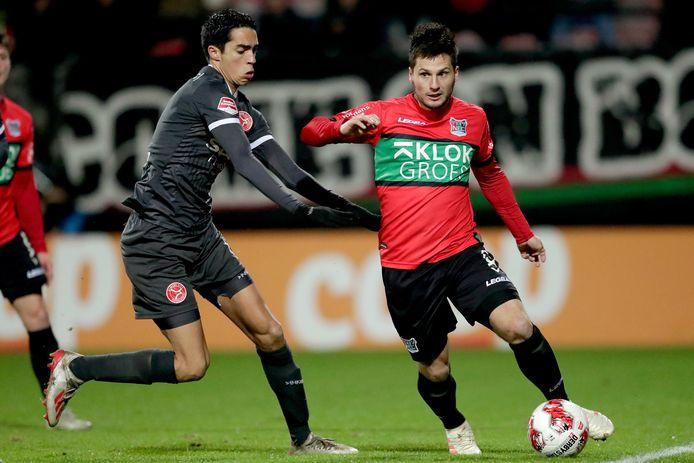 Tom Overtoom aan de bal in zijn laatste duel voor NEC, in december thuis tegen zijn oude club Almere City FC.