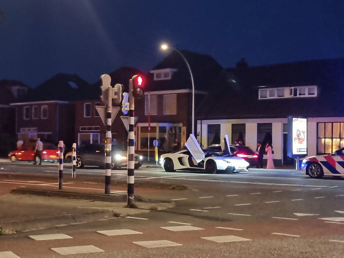 De Lamborghini werd staande gehouden in Hengelo.