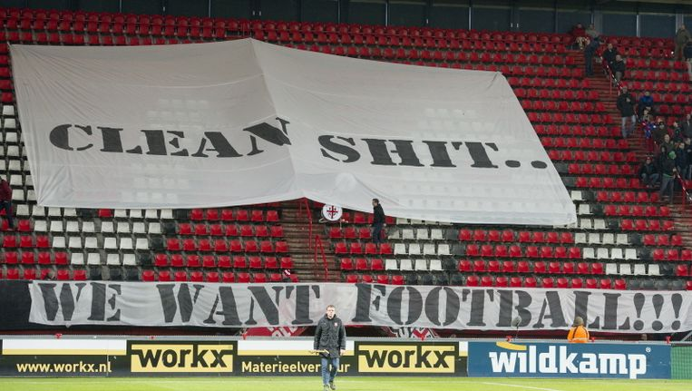 Het spandoek waarmee fans van FC Twente protesteerden tegen trainer Steve McClaren. Beeld Pro Shots