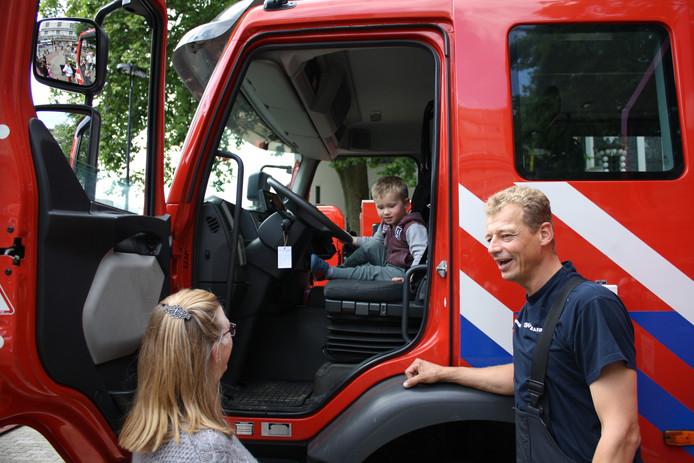 De brandweer maakt een praatje met het publiek