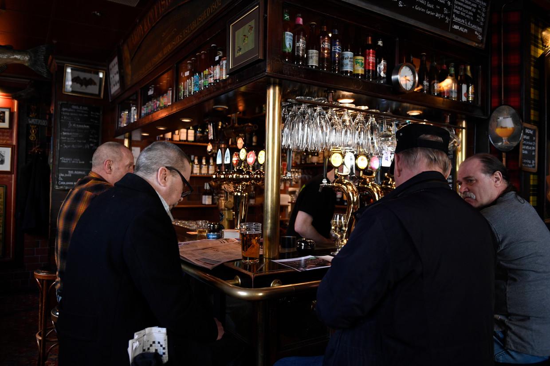 Bars en restaurants, zoals deze in Stockholm, zijn in Zweden gewoon open, ondanks de corona-uitbraak. Beeld AP