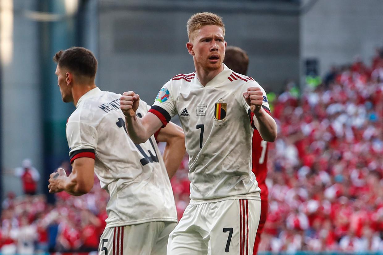 Kevin De Bruyne reageert op de goal van Thorgan Hazard.  Beeld AP