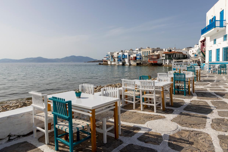 Een leeg terras op het Griekse Mykonos. In Griekenland is binnen eten alleen nog mogelijk met een vaccinatiebewijs. Beeld Getty Images