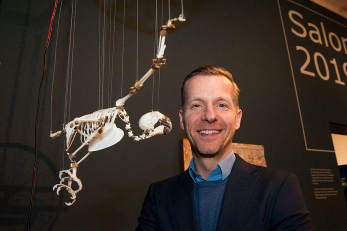 Directeur Marc de Beyer bij de vliegende papegaai van Jelle Korevaar, die op dit moment wordt tentoongesteld tijdens Salon 2019 in Museum Gouda.