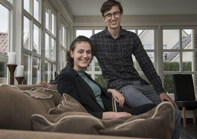ALMELO - Britt Mos (23) en broer Kay (21).