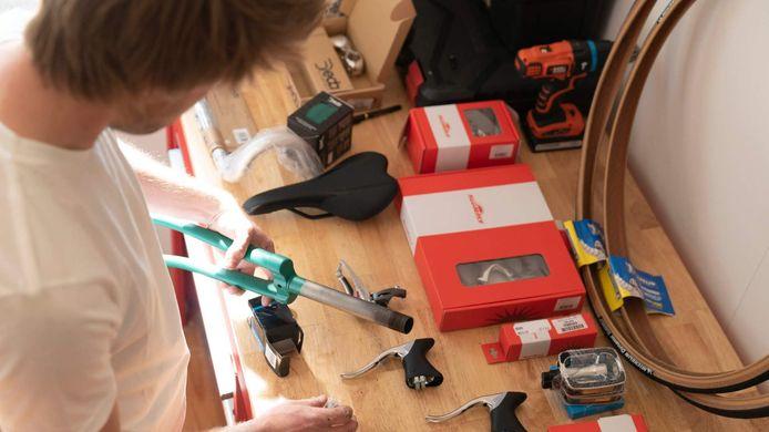 Brecht maakt de fietsen in het nieuwe atelier aan het Groen Kwartier.