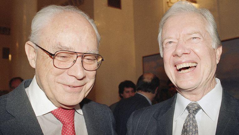 Robert Strauss (links) met oud-president Jimmy Carter in 1992. Beeld ap