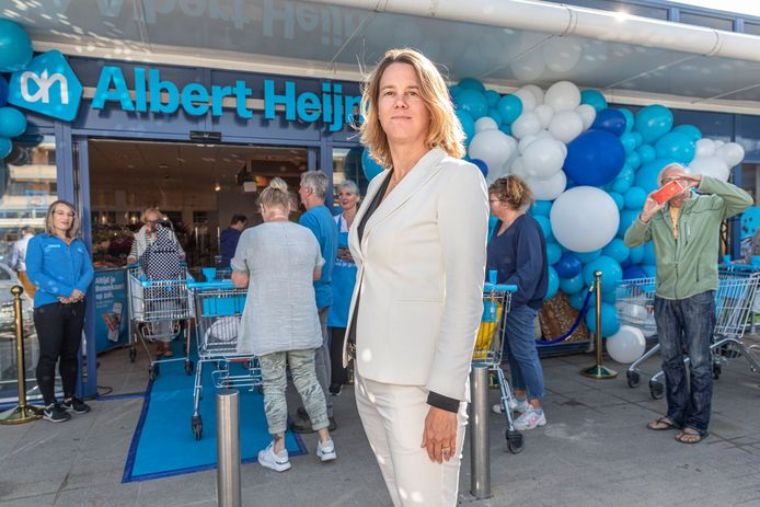 AH-topvrouw Marit van Egmond bij de voormalige Deen-supermarkt die woensdag is heropend als AH-vestiging. Er volgen nog 37 nieuwe AH-winkels in voornamelijk Noord-Holland.