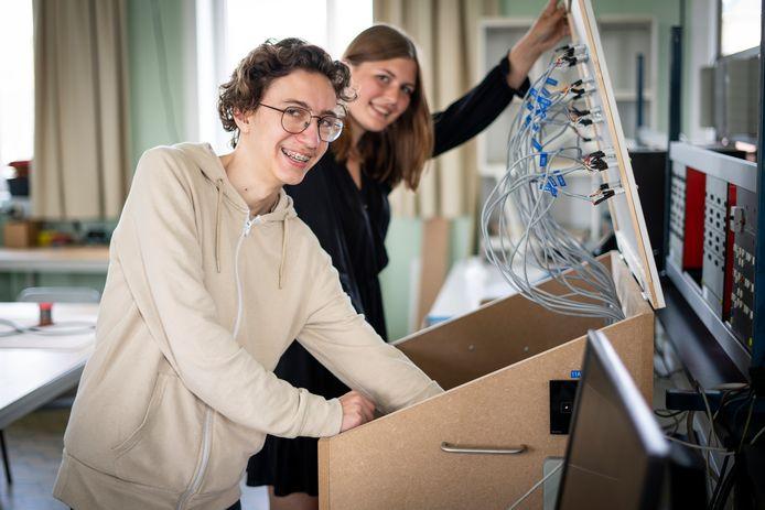 Warre Vandenhoucke en Lissa Hillewaere: STEM-ambassadeurs die hun project in de praktijk toegepast zien op Campus Glorieux.