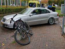 Fietser en scooterrijder gewond door aanrijding met auto's op steenworp afstand van elkaar in Ede