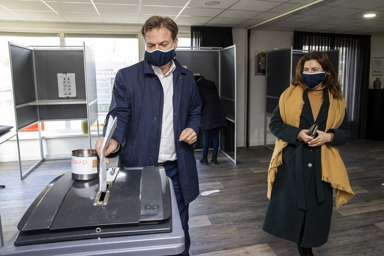 CDA-Kamerlid Pieter Omtzigt brengt zijn stem uit voor de Tweede Kamerverkiezingen met Ayfer Koç.  Beeld ANP