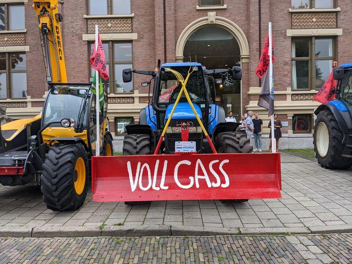 Een trekker van actiegroep Voll Gas bij de rechtbank in Zutphen