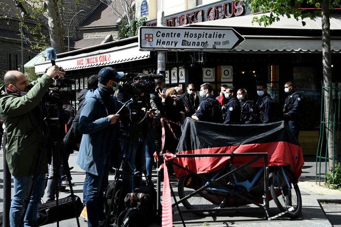 Journalisten verzamelen bij het ziekenhuis.