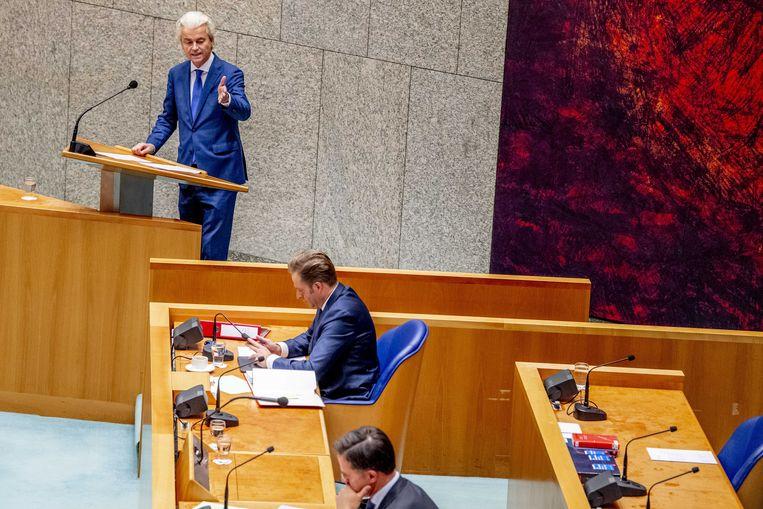 Geert Wilders (PVV) en Minister Hugo de Jonge (CDA, Volksgezondheid, Welzijn en Sport) tijdens een debat in de Tweede Kamer over de vaccinatiestrategie. Beeld ANP
