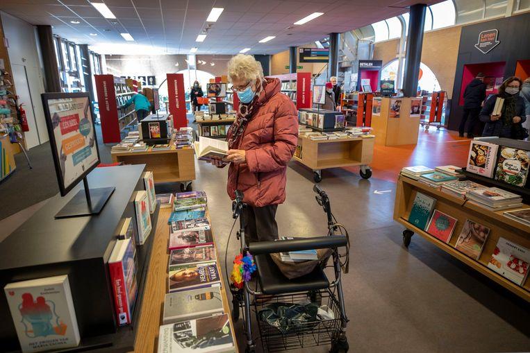 In de bibliotheek in Leusden, die dinsdag de deuren sluit. Beeld Werry Crone