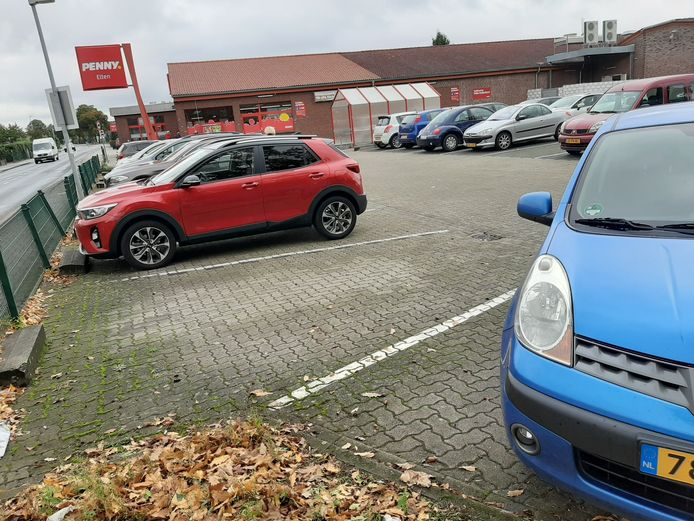 Nederlandse kentekens op de parkeerplaats van supermarkt Penny in Elten.