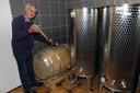 Gust Bertels van Het Eikenvat bij een wijnvat.