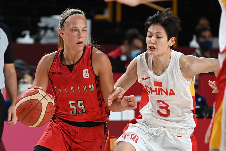 Julie Allemand (l) en Liwei Yang van China tijdens de laatste groepsmatch. Beeld BELGA