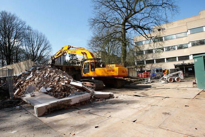 De sloop van het oude Pieter Pauw ziekenhuis op de Wageningse Berg in 2008.