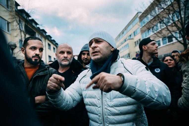 Mannen op de straat van de eerste shishabar in Hanau. Beeld null