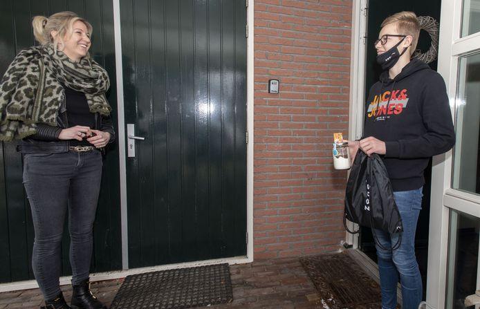 Docent Marjolein Geltink van Zone.college bezoekt haar leerling Timo Emaus.