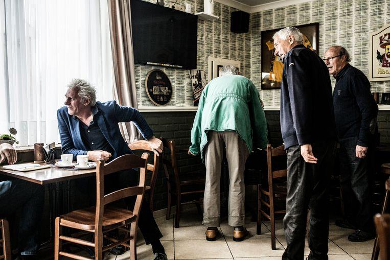 Rick de Leeuw en andere stamgasten in café Bij Rita.  Beeld Franky Verdickt
