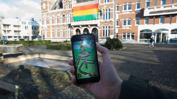 Het Gemeenteplein in Maasmechelen vormde het decor voor het uit de hand gelopen duel tussen de verschillende Pokémonteams.