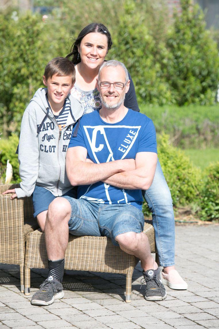 Wim L'Homme met vrouw An en zoon Ward tijdens de revalidatie.