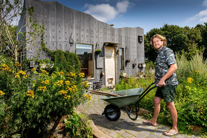 Stijn Mertens voor zijn zelf gebouwde tiny house.