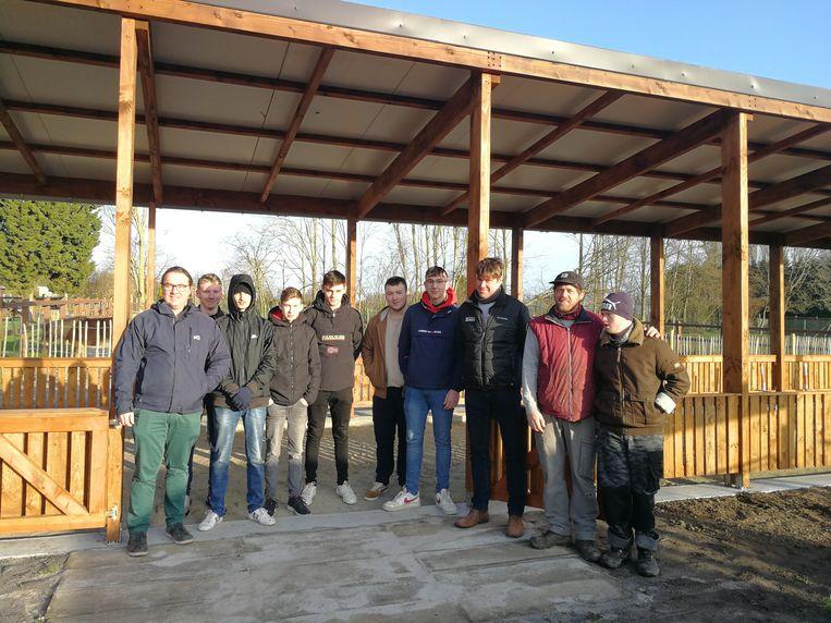 De leerlingen bouwden een overdekte geitenpiste voor De Kleppe.