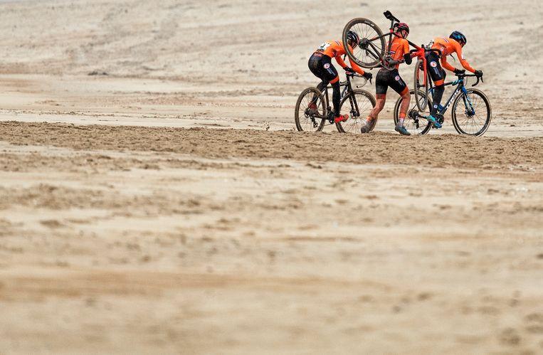 Het latere podium ploegt door het mulle zand. Beeld Klaas Jan van der Weij / de Volkskrant