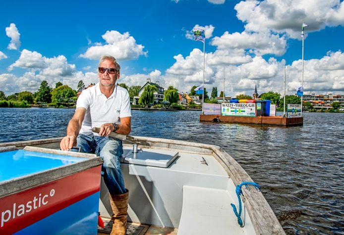 Hans van Weel trekt zijn drijvende milieustraat de Bergse Voorplas in Hillegersberg op. Een ponton met kliko's waar boten kunnen aanleggen en mensen hun afval kwijt kunnen.