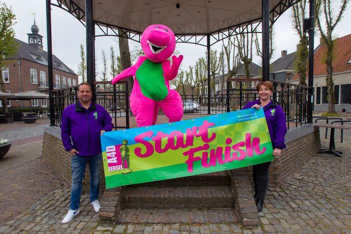 De organisatie van de Eerselse  Avondvierdaagse heeft zich keihard ingezet voor een alternatieve vorm, door corona. Vlnr: Robert Suijkerbuijk, Bastiaan Hommel als mascotte Stappy en Yvonne Hommel.