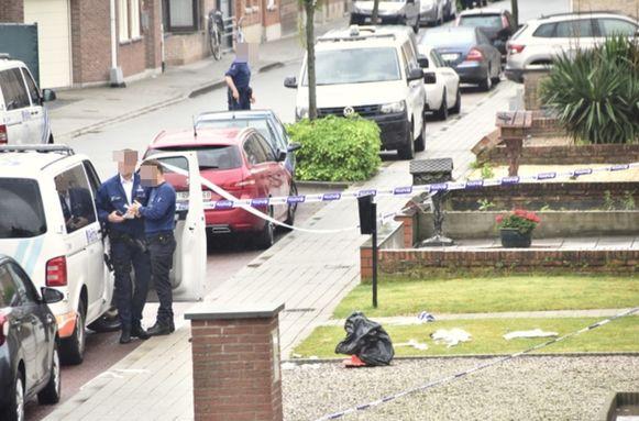 Het slachtoffer werd buiten neergeschoten en zakte in elkaar op een grasperkje naast het huis waar hij met z'n moeder woont.