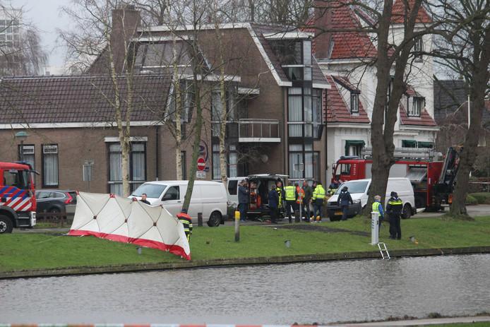Hulpdiensten aan het werk op de plek waar in het water van de Noordersingel in Leeuwarden een stoffelijk overschot is gevonden.