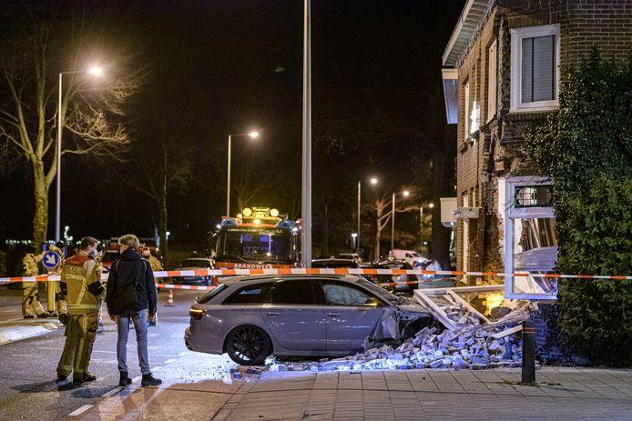Met een Audi RS6 reed een 18-jarige man zondagavond een woning op het kruispunt Deurningerstraat/Doctor van Damstraat binnen.