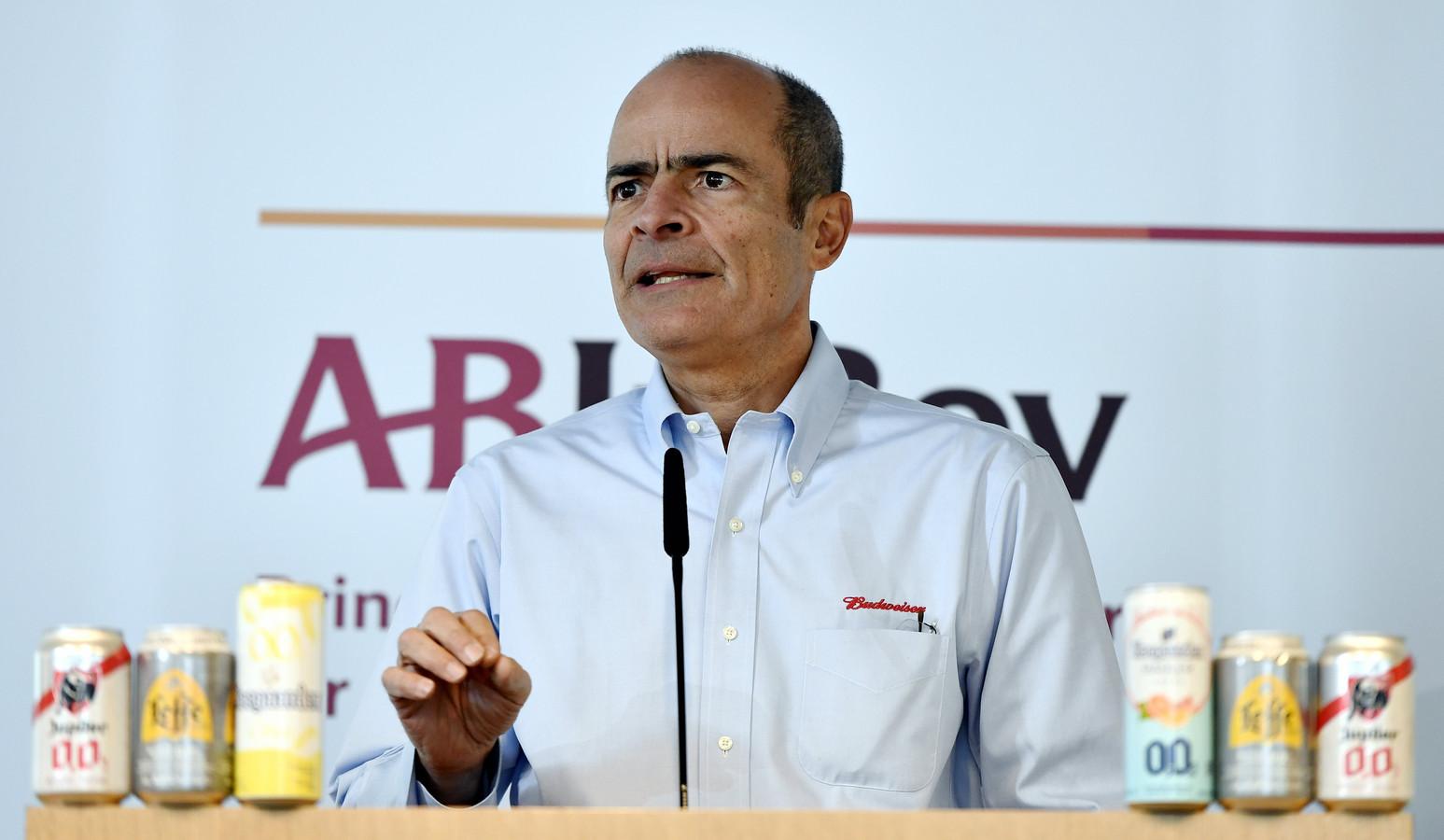 Topman Carlos Brito van biergroep AB InBev leverde 20 procent van zijn basissalaris in.