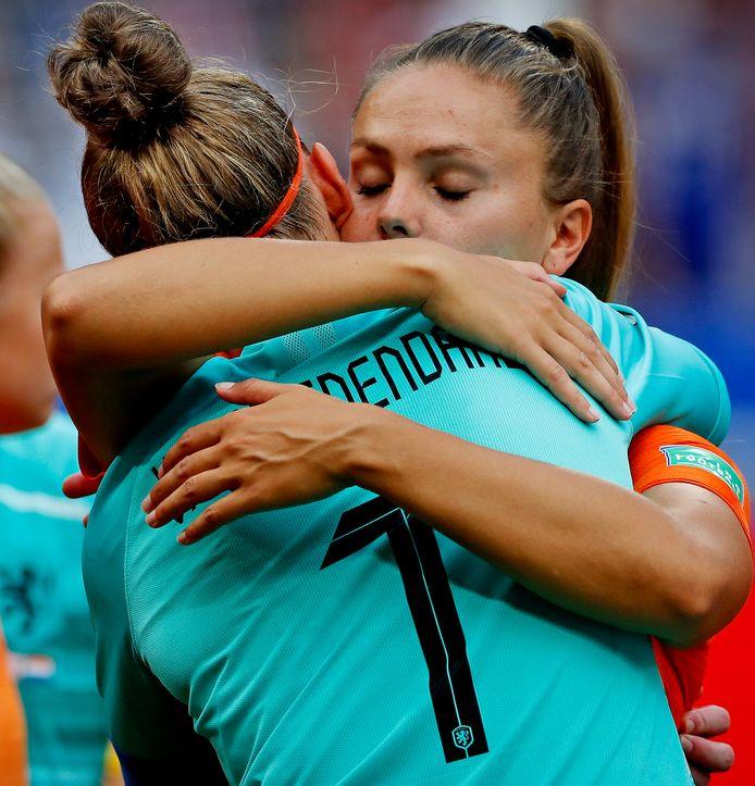 Lieke Martens en Sari van Veenendaal troosten elkaar.