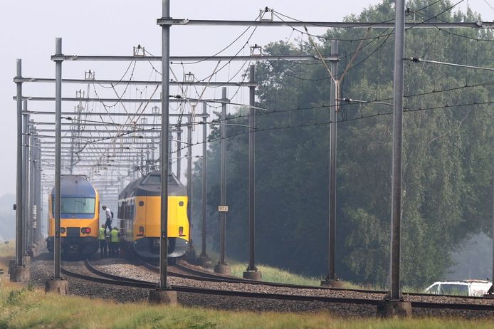 Passagiers stappen na lang wachten, via een loopbrug over van de ene op de andere trein. Het treinverkeer was gestremd tussen Zwolle en Meppel na een aanrijding met een persoon.