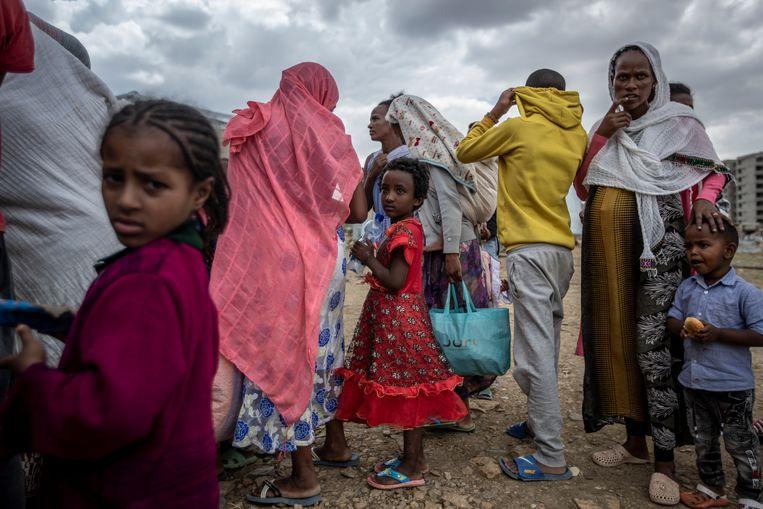 Elena (7), staat in de rij voor voedsel met andere ontheemden uit Tigray, in Mekele, Ethiopië. Met afstand de meeste ontheemden zoeken binnen de eigen landsgrenzen veiliger oorden op. Beeld AP